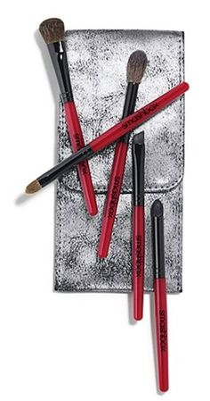Apply makeup like a pro with this set of 5 signature Smashbox brushes