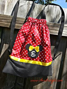 My New Obsession is this Minnie Mouse Inspired Drawstring Backpack Diy Backpack, Diy Tote Bag, Drawstring Backpack, Tote Bags, Disney Handbags, Disney Purse, Miki Mouse, Minnie Mouse Backpack, Backpack Pattern