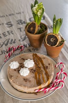 Helppo piparijuustokakku maistuu ihanasti kanelilta ja suklaaltaja odottaa sopivaa herkkuhetkeä kätevästi pakastimessa.