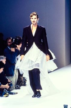 See the complete Comme des Garçons Spring 1995 Ready-to-Wear collection.