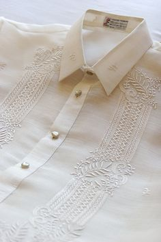 Barong Tagalog - traditional men's shirt, made of coconut fibers. This is still worn at weddings and special events. A simple cotton version of this is often worn by business men instead of a western button down collar shirt. Wedding Shirts, Wedding Men, Dream Wedding, Groomsmen Suits, Groom Attire, Filipiniana Wedding Theme, Shirt Embroidery, Embroidery Designs, Barong Tagalog