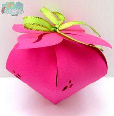 #CajasAD #pink #strawberry #gift Caja con cartulina gruesa importada rosada que tiene forma de fresa y se puede destapar desplegando su cinta verde y quitando las hojas !!!