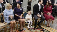 Total entspannt auf ihrem eigenen Thron: Prinzessin Estelle inmitten von Mama und Papa, Chris' Mutter und Tante Sofia.