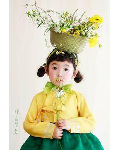 Portrait Au Crayon, L'art Du Portrait, Korean Traditional, Traditional Dresses, Portraits Illustrés, Pose Reference Photo, Figure Poses, Aesthetic People, Character Design Inspiration