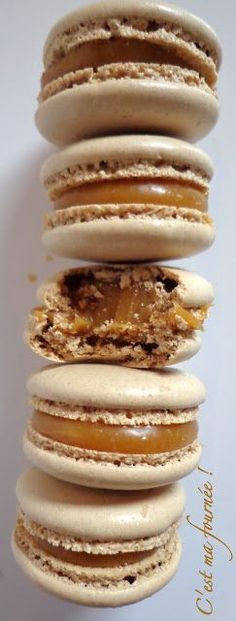 Macarons caramel beurre salé (Christophe Felder) pour 20 macarons : 75 g de poudre d'amandes-75 g de sucre glace-2 fois 28g de blancs d'oeufs (vieillis et à température ambiante)- 215g de sucre en poudre + 18g d'eau- 65g de crème liquide entière- 100g de beurre salé de bonne qualité (bien froid). Recette sur le site. Mes préférés !!!!