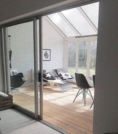 サンルームとは、太陽の光を取り込むために、屋根や壁をガラス張りにした部屋のことをいいます。お庭や外の景観も一望できるので、光で溢れた開放的な空間になりますね。