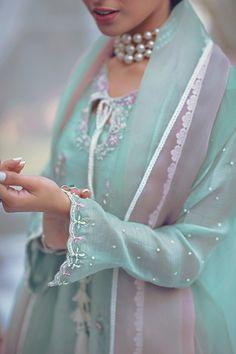Boho Style Dresses, Stylish Dresses, Simple Dresses, Fashion Dresses, Pakistani Dress Design, Pakistani Outfits, Bollywood Dress, Bollywood Fashion, Indian Attire