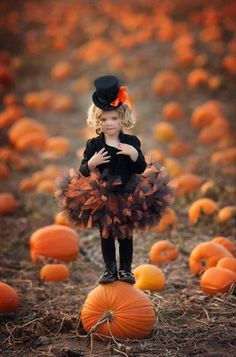 Halloween in the pumpkin patch Halloween 2018, Photo Halloween, Halloween Fotos, Theme Halloween, Halloween Pictures, Halloween Kids, Halloween Costumes, Halloween Mini Session, Baby Girl Halloween