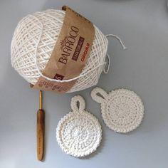 Ecopad - 100% algodão cru, ecológico e artesanal para substituir os discos de algodão utilizados a limpeza de pele. #livedaro #vabenecroche… Crochet Diy, Crochet Gifts, Crochet Scrubbies, Knitting Patterns, Crochet Patterns, Boyfriend Crafts, Valentine's Day Diy, Valentines Diy, Crochet Stitches