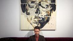 Taiteilija Reima Nevalainen ei oikein pysty ymmärtämään, miksi kukaan haluaa omistaa hänen maalauksiaan. Taiteilijalle teokset ovat niin intiimejä, että on suorastaan mystistä, miksi kukaan haluaisi päivästä toiseen katsoa tahraa hänen luovuudestaan. Vuoden nuori taiteilija on niin pedantti ja neuroottinen, että palkintonäyttely oli valmis kahta kuukautta ennen avajaisia.