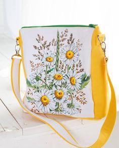 По просьбе некоторых клиентов я буду создавать не только рюкзаки-сумки. Не все же носят рюкзачки, хотя на мой взгляд, это самая удобная вещь.  Новая сумочка с ручной реалистичной росписью. Ромашки прекрасны  Можно приобрести и брошь жук, который удачно сочетается с сумкой.  Сумка размер: 26:22:11 Ткань: водоотталкивающий дак Длина ручки 68 см Фурнитура высшего качества. Caterpillar, Textiles, Bags, Collection, Handbags, Totes, Hand Bags, Purses, Cloths