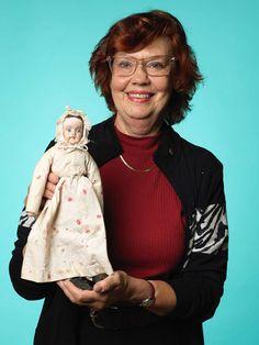 Marie-Louise Hallström är en kräsen storsamlare av dockor och leksaker. Den här dockan är från 1860-talet var hon riktigt nöjd med att ha hittat på Antikdagen.