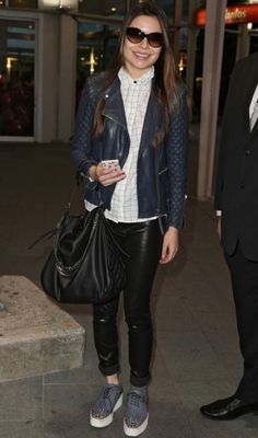 Miranda Cosgrove - A eterna estrela de iCarly mostra como o polêmico sapato creeper fica perfeito com jaqueta de couro azul, skinny de couro com barra dobrada e camisa. Fashion!