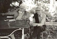 Nikolaas Tinbergen, Biologe/VERHALTENSFORSCHER. Sein älterer Bruder Jan studierte Mathematik und wurde zum Wegbereiter der mathematischen Modellbildung und der Ökonometrie (Nobelpreis). - S.a. die Karrieren der Geschwister und Kinder.