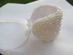 šitý náramok z bielych perličiek / MariN. Beadwork, Beaded Jewelry, Art, Art Background, Pearl Embroidery, Pearl Jewelry, Kunst, Performing Arts, Bead Jewelry