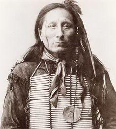 Tȟatȟáŋka Ptéčela alias Short Bull (1845-1923), Sioux Lakota, rejoint le Buffalo Bill Cody Wild West Show, et a fait plusieurs voyages en Europe avec le spectacle.
