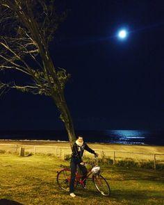 A lua também da show por aqui. O mar se ilumina com sua luz. Essa noite era inverno e no céu a lua brilhava, cheia e azul. Decisão da noite: passear de bike sob sua luz. #Australia #AussieLife #Travel #BrasileirosNaAustralia #Luacheia #Moon #GoldCoast #ViajandoNoMUndoENaModa #SurfersParadise
