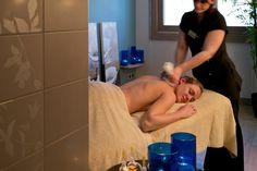 Massage esthéticienne. Salle de soins à la montagne.