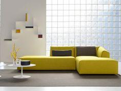 Un canapé d'angle moutarde pour un salon moderne et graphique
