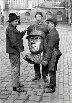 Turkish workers carrying the bronze head of Atatürk Vintage Photography, White Photography, Photography Tips, Digital Photography, Old Pictures, Old Photos, Vintage Photos, Omniscient Point Of View, Turkish Army