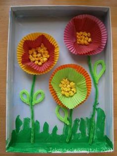 Kunstwerk van cup cake bakvormpjes, this is just here to see the picture to get an idea how to make cupcake flowers. Paper Crafts For Kids, Crafts To Do, Easter Crafts, Projects For Kids, Diy For Kids, Arts And Crafts, Mothers Day Crafts, Creative Kids, Craft Activities