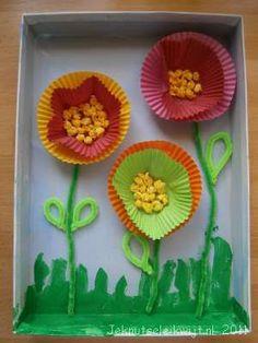 * Bloemen van cupcake papiertjes, in een schoenendoos! Natuurlijk ook leuk op een groot gekleurd papier rand van brede repen en je hebt een schilderij!