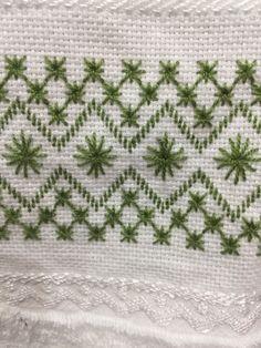 Ponto reto Swedish Embroidery, Embroidery Works, Hardanger Embroidery, Embroidery Hoop Art, Beaded Embroidery, Hand Embroidery Design Patterns, Hand Embroidery Stitches, Cross Stitch Embroidery, Cross Stitch Patterns