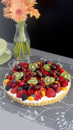 Fruit Tart - A simple but beautiful and delicious tart! This dessert is perfect if you're short on time, but n -Fresh Fruit Tart - A simple but beautiful and delicious tart! This dessert is perfect if you're short on time, but n - Delicious Desserts, Yummy Food, Tasty, Yummy Yummy, Fruit Recipes, Cooking Recipes, Mini Dessert Recipes, Parfait Recipes, Recipes Dinner