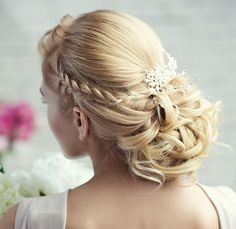 New! Stunning Wedding Hairstyle Inspiration from Elstile - MODwedding - Any way I could have this for Ceremony and drop it to a half- up do?