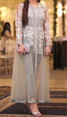 Pin by Titiss on robe orientale Shadi Dresses, Pakistani Formal Dresses, Indian Gowns Dresses, Pakistani Dress Design, Stylish Dresses For Girls, Stylish Dress Designs, Designs For Dresses, Indian Designer Outfits, Indian Outfits