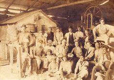 Un taller de carpintería con sus empleados, se puede ver un mulo, para el transporte. Melilla, 1912.