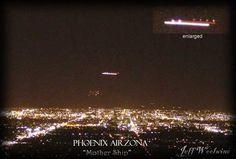 Les lumières de Phoenix13 Mars 1987.Le phénomène a été vu par des centaines de témoins, une poignée d'entre eux disposant de caméra vidéos ayant la chance de filmer le phénomène pendant plusieurs minutes.