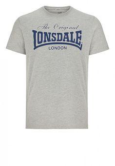 Das Herren T-Shirt von Lonsdale ist mit seinem klassisch-schlichten Design das perfekte Basic für lässige Freizeitlooks. Auf der Brust ist das bekannte Lonsdale-Logo zu sehen, die Regular Fit-Passform sorgt für einen angenehmen Tragekomfort. Mit klassischem Rundhals und kurzen Ärmeln.  Material: 67% Baumwolle, 33% Polyester...