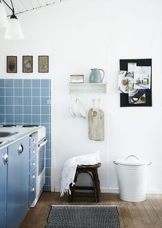 A kitchen with blue cabinets and blue tiles. A very soft and playful look for a summer house. Blue Country Kitchen, Rustic Kitchen, Vintage Kitchen, Nordic Home, Scandinavian Home, Blue Kitchen Cabinets, House Ideas, Shabby Home, Kitchen Layout