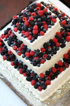 Ovocný patrový svatební dort s lesními plody.
