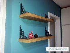 Prateleira instalada com mão francesa de ferro fundido invertida. Dessa forma serve para segurar livros e decorar.