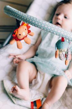 Vor allem beim ersten Kind ist die richtigeAusstattungein großes Thema. Vom Kinderwagen über den Wickeltisch bis hin zum Babyphone gibt es einiges zu bedenken. Früher oder später wird dein Baby auch aktiv am Familienleben teilhaben – dann sind clevere(Sitz-)Lösungengefragt, die dem NachwuchsHaltgeben und auf denen er sicher Platz nehmen kann. #erstausstattung #baby Aktiv, Baby Changing Tables, Family Life, Pram Sets, Interesting Facts