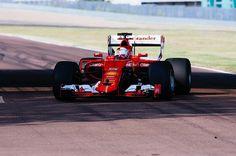 Sebastian Vettel testa novos pneus da Pirelli para 2017 (Foto: Divulgação)