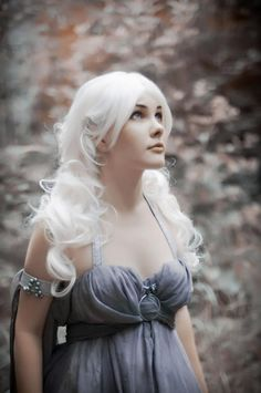 Someone dressed as Daenerys Targaryen - Game of Thrones: she's so pretty.
