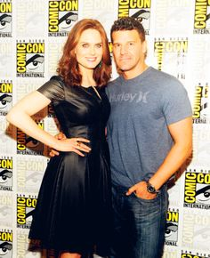 """2013 Comic-Con Emily Deschanel and David Boreanaz attend the Fox """"Bones"""" press room at Comic-Con International in San Diego, Calif. on July John Francis Daley, Booth And Bones, Booth And Brennan, Bones Tv Series, Bones Tv Show, Emily Deschanel, David Boreanaz, Pretty People, Beautiful People"""