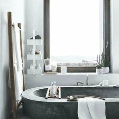 Un baño frio y así empezar el finde más fresquita ;) #buenasnoches #goodnight #love #deco #decoracion #interiores #interiordesign #luz #light #bathroom #bańo #bańera #madera #wood #white #mix #calor #trucos #picoftheday #trucosparadecorar