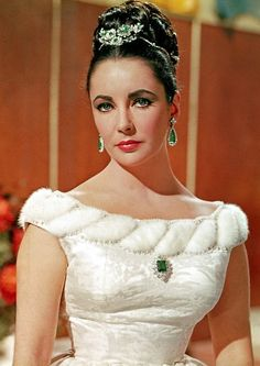 Elizabeth Taylor in BVLGARI emeralds. The legendary emerald suite was bought by Elizabeth Taylor and husband Richard Burton at jewellers Bulgari while filming Cleopatra in Italy. Hollywood Fashion, Old Hollywood Glamour, Golden Age Of Hollywood, Hollywood Stars, Hollywood Jewelry, Classic Hollywood, Young Elizabeth Taylor, Elizabeth Taylor Jewelry, Sophia Loren