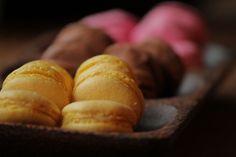 Oletko koskaan kokeillut tehdä vegaanisia macaroneja? Nämä gluteenittomat leivonnaiset sopivat myös kananmuna-allergikolle!