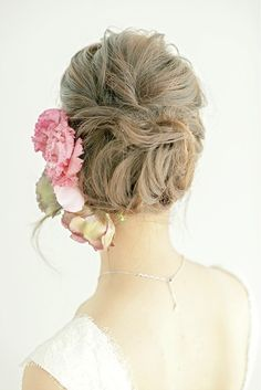 シックな色花をたっぷりと飾ったゆるアップは大人の華やかさを漂わせて/Back ヘアメイクカタログ ザ・ウエディング