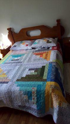 Linda colcha casal, feita em tecidos 100% algodão, com manta resinada e forrada em algodão cru.  Acompanha dois porta travesseiros.