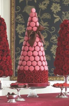 Pink Macaron Tower, probably should learn how to make macarons first before trying to tackle this guy. Pink Macaroons, French Macaroons, Macaroons Flavors, Vanilla Macaroons, Chocolate Macaroons, Cake Chocolate, Macaron Cake, Cupcake Cakes, Macaron Recipe