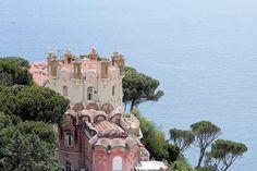 Dès le milieu du XIXe siècle, la French Riviera connait en engouement sans précédent. La belle société du monde entier s'y fait alors construire des villas aussi luxueuses qu'excentriques.