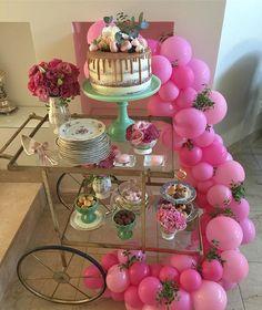 E já que todos amam um carrinho de chá, aqui está a produção que fiz para o meu aniversário. Mini produção com bolo Delícia da @thaisterram e arco de balões completando. Quem gostou da mistura diga ☝🏻☝🏻. E para quem perguntou onde encontrar o carrinho, este eu comprei em uma mega promoção da @theodorahome. #celebration #livelove #party #festasbf #festasexclusivas #bellafiore #love #arcodebalões #teaparty #teacart