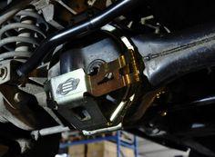 Il Paradifferenziale anteriore per Defender 90 e 110, Discovery I e Range Rover Classic è un utile e necessaria protezione degli organi meccanici posti nell'assale anteriore. Il differenziale, la barra di accoppiamento e la crociera dell'albero di trasmissione, sono elementi molto esposti e in caso di urto, potrebbero essere la causa di un arresto forzato. É bene prevenire questo tipo di inconveniente e i paradifferenziali ne garantiscono un efficace protezione. COD: PDA0021 €128,00 IVA…