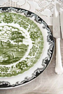grønn o svart tøff mix #borddekking #vintage #table setting Sorting, Decorative Plates, Table Settings, Porcelain, Green Table, Black Table, Tableware, Wedding Black, Home Decor